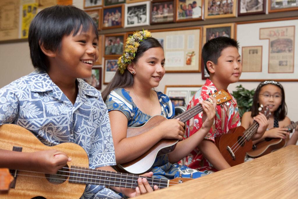 楽器を演奏するハワイの子供たち