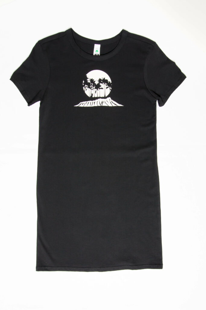 Kaimana Beach Surf ShopのロゴをあしらったTシャツ