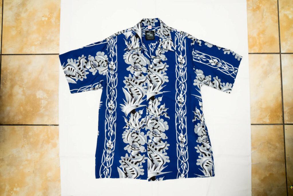 極楽鳥花などの花柄を縦に配したアロハシャツ