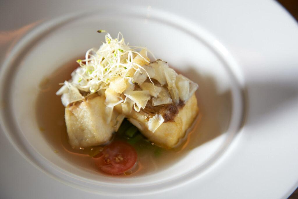 長尾鯛のウロコ揚げと梅のスープ