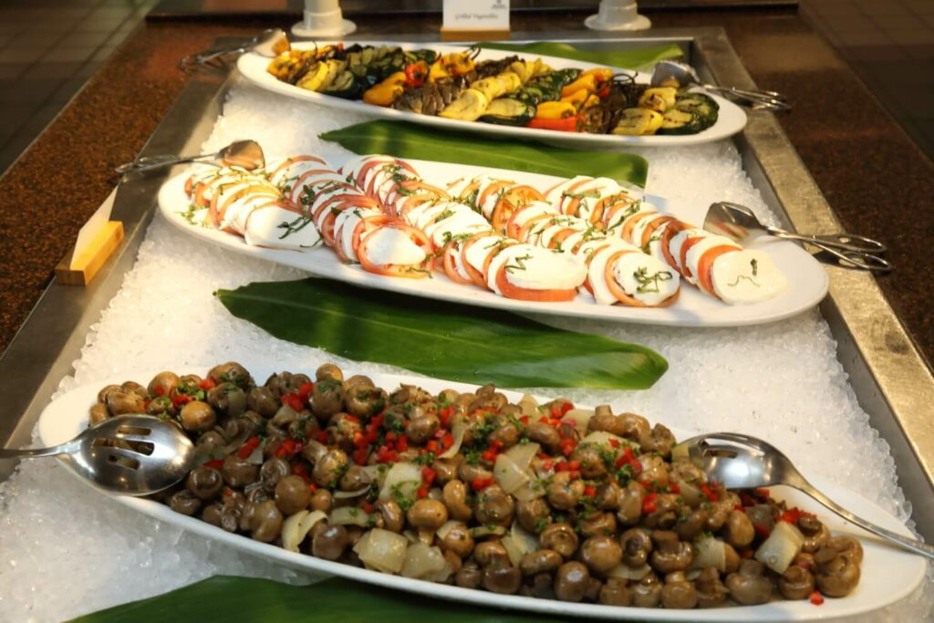 オリーブやカプレーゼ、カラフルなロースト野菜のアンティパスト
