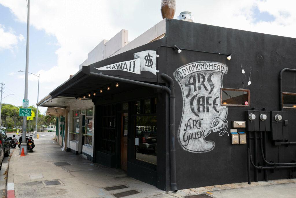 黒い外壁のカフェ