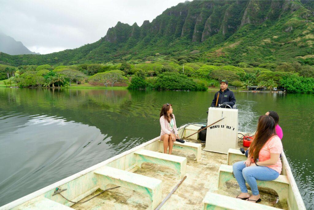 カキを養殖する池をボートで見学
