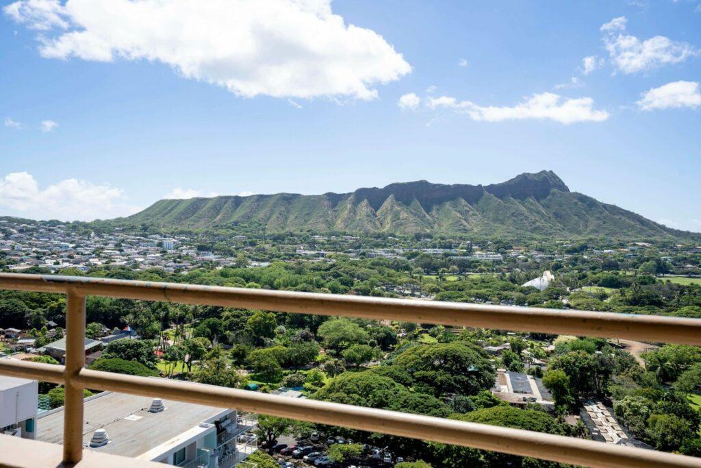 ホテルから山全体を眺める