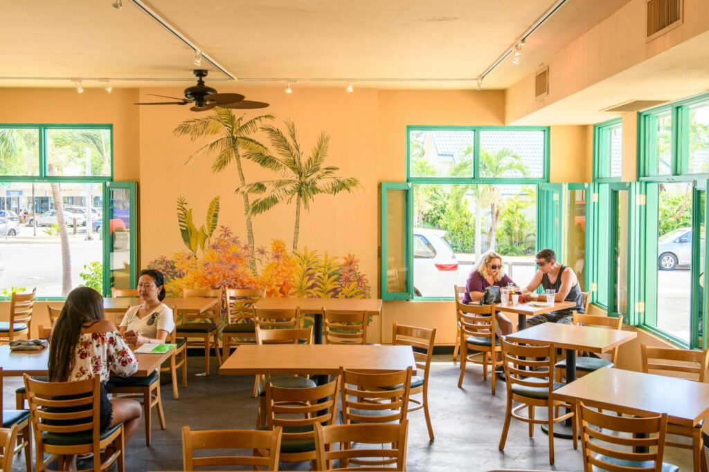 席数が多いカフェ店内