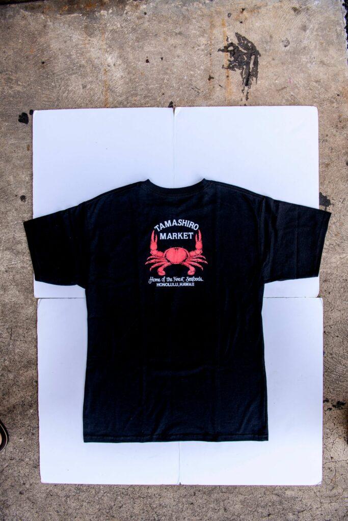 シンボルのカニがデザインのTシャツ