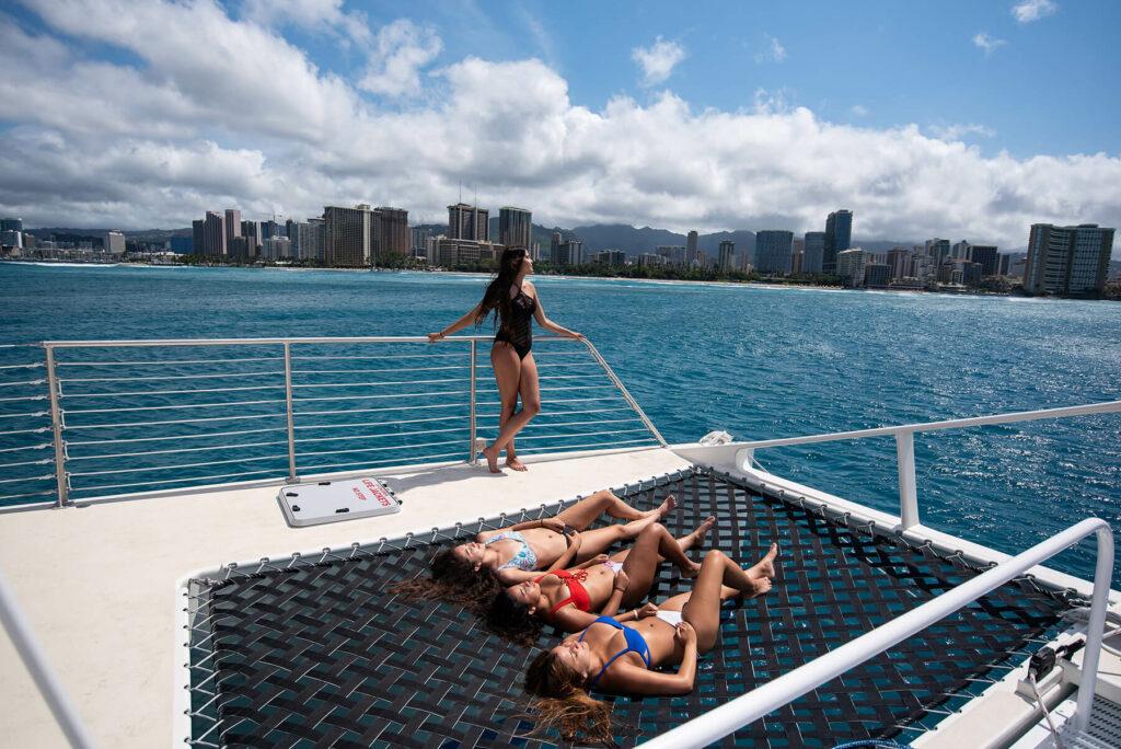 船上で日光浴